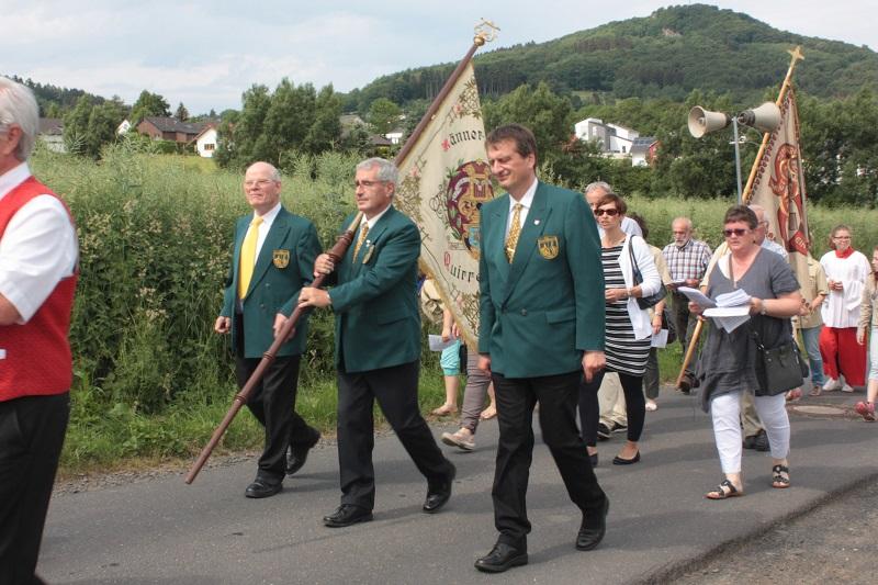 Der Männerchor hält die Fahne hoch… Beteiligung an der Fronleichnamsprozession